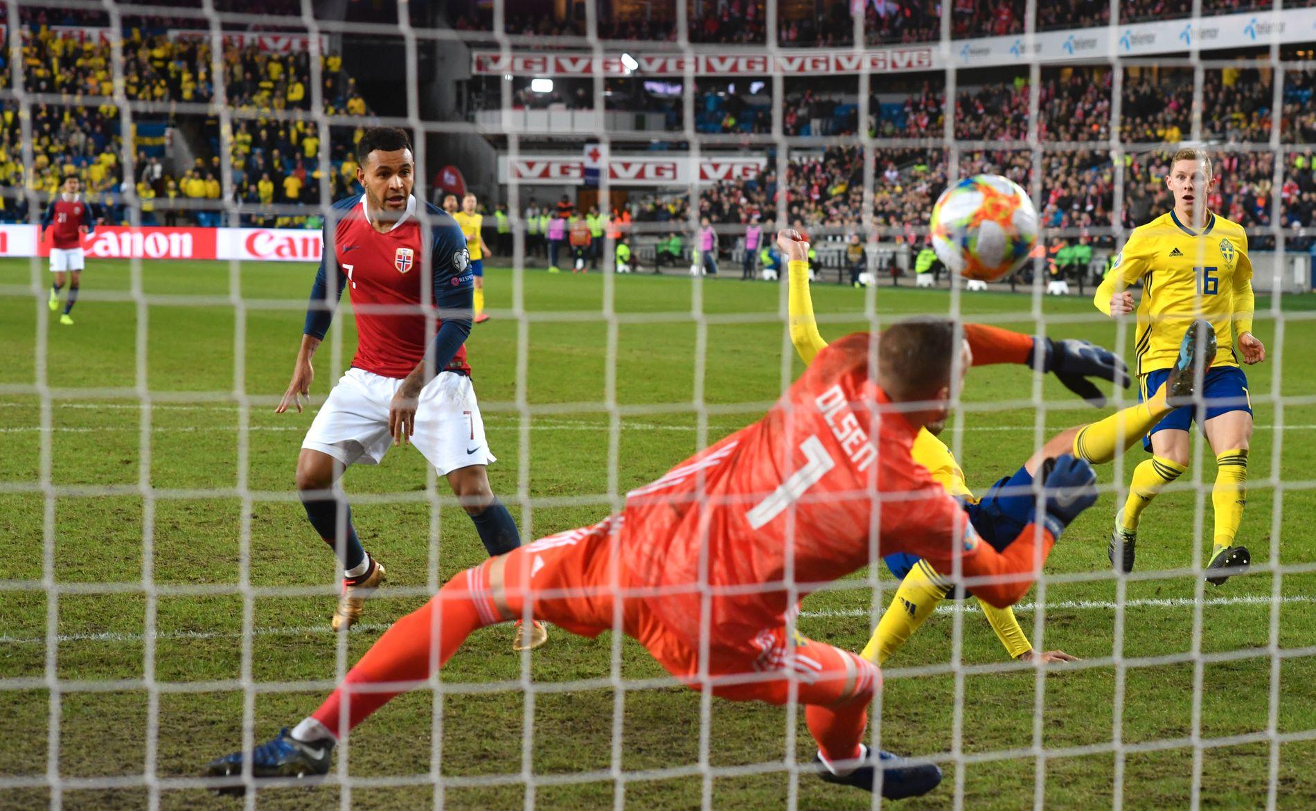 MARS-MATTE: Robin Olsen slipper inn 2–0-målet til Joshua King. De to profilene var lite fornøyd med gressmatten på Ullevaal Stadion.