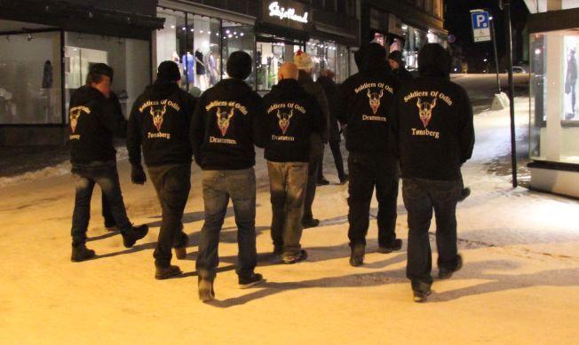 PATRULJERTE: Her går medlemmer av Soldiers of Odin i Tønsberg natt til søndag.