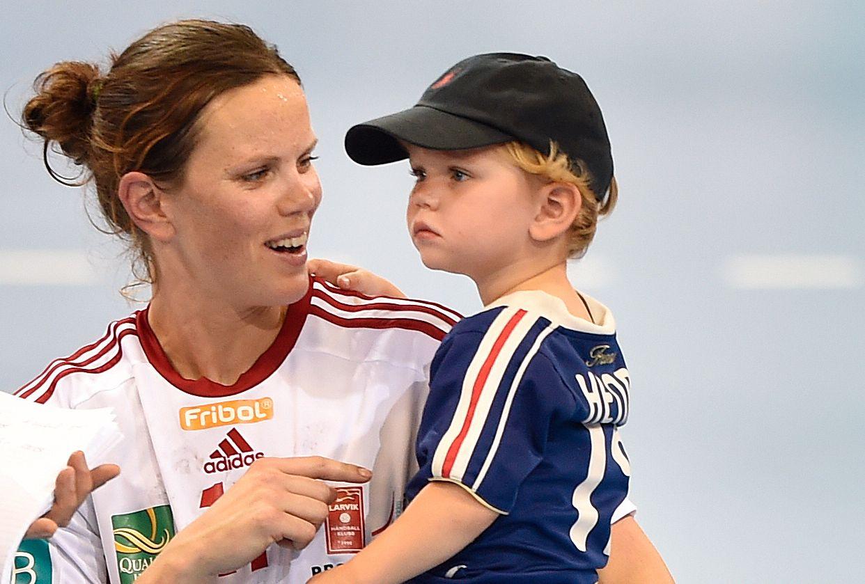 VENTER NUMMER TO: Tine Stange sammen med sønnen Jens (nå 5) etter Champions League-finalen i 2015. Nå skal Jens bli storebror.