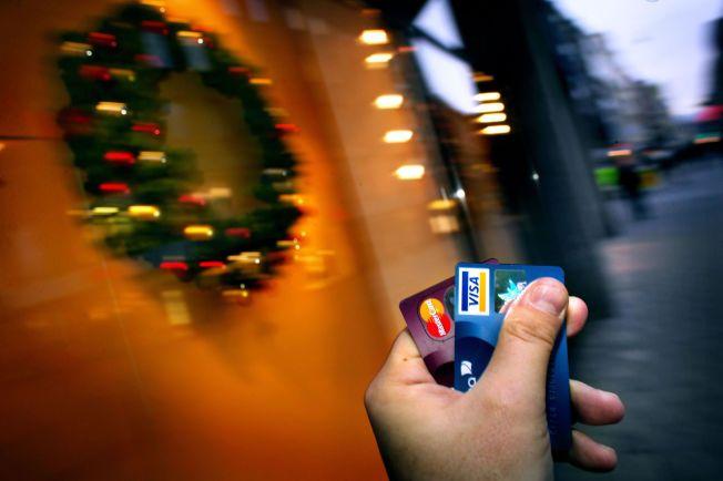 JUL PÅ KRITA: Banker, brukerorganisasjoner, samvirke, alle lokker sin kunder og medlemmer med ekstra bonuser og rabatter om de bruker kredittkort. Oppmuntringene er aggressive i forbindelse med julen, mener Forbrukerombudet.