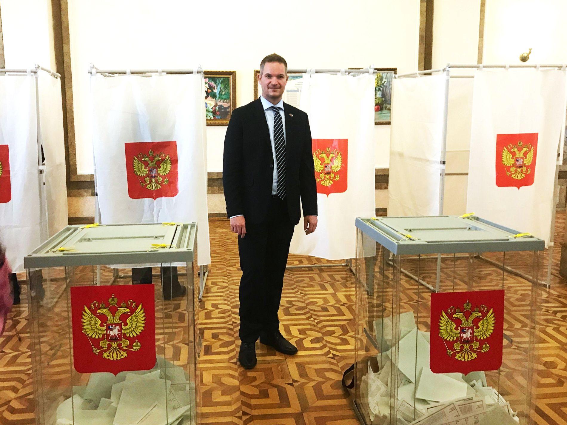RUSSISK VALG: Leder i foreningen Folkediplomati Norge fotografert i et valglokale på Krim under det russiske presidentvalget søndag.