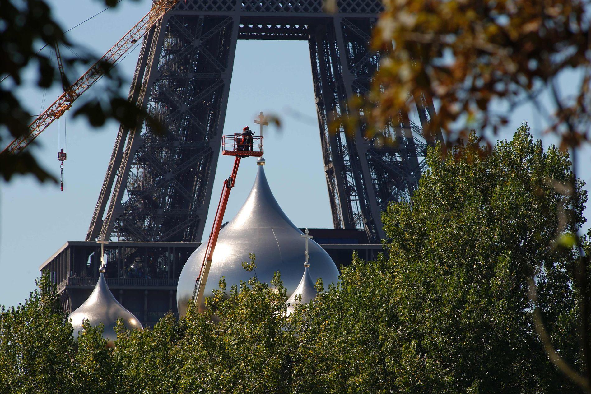 RUSSISK I PARIS: Den russisk-ortodokse kirken som Putin skulle delta på åpningen av er plassert midt i hjertet av Paris, like ved Eiffeltårnet. FOTO:MATTHIEU ALEXANDRE/ AFP