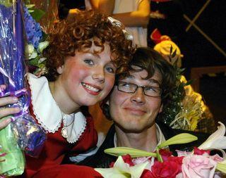 LITEN: Morten Harket sammen med Tomine Malmquist Harket, etter premieren på musikalen «Annie» i 2004. Hun hadde tittelrollen i oppsetningen.