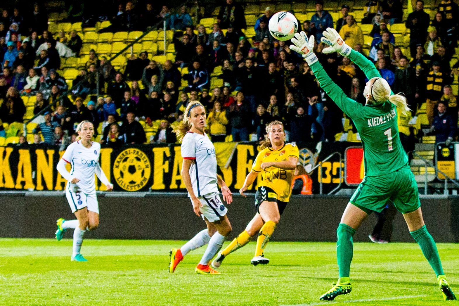 I MÅL: Emilie Bosshard Haavi scorer LSKs første mål bak PSG-keeper Katarzyna Kiedrzynek under den første 16-delsfinalekampen i mesterligaen i fotball for kvinner mellom LSK Kvinner og Paris Saint-Germain på Åråsen.