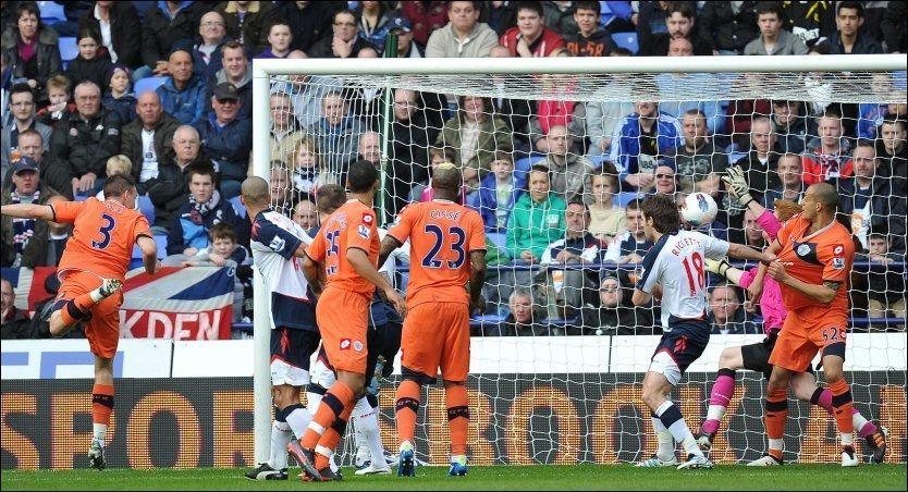 MÅL: Clint Hill stanger ballen over, og Bolton-keeper Adam Bogdan er inne i målet og henter den ut. Scoringen ble ikke godkjent. Foto: PA Photos
