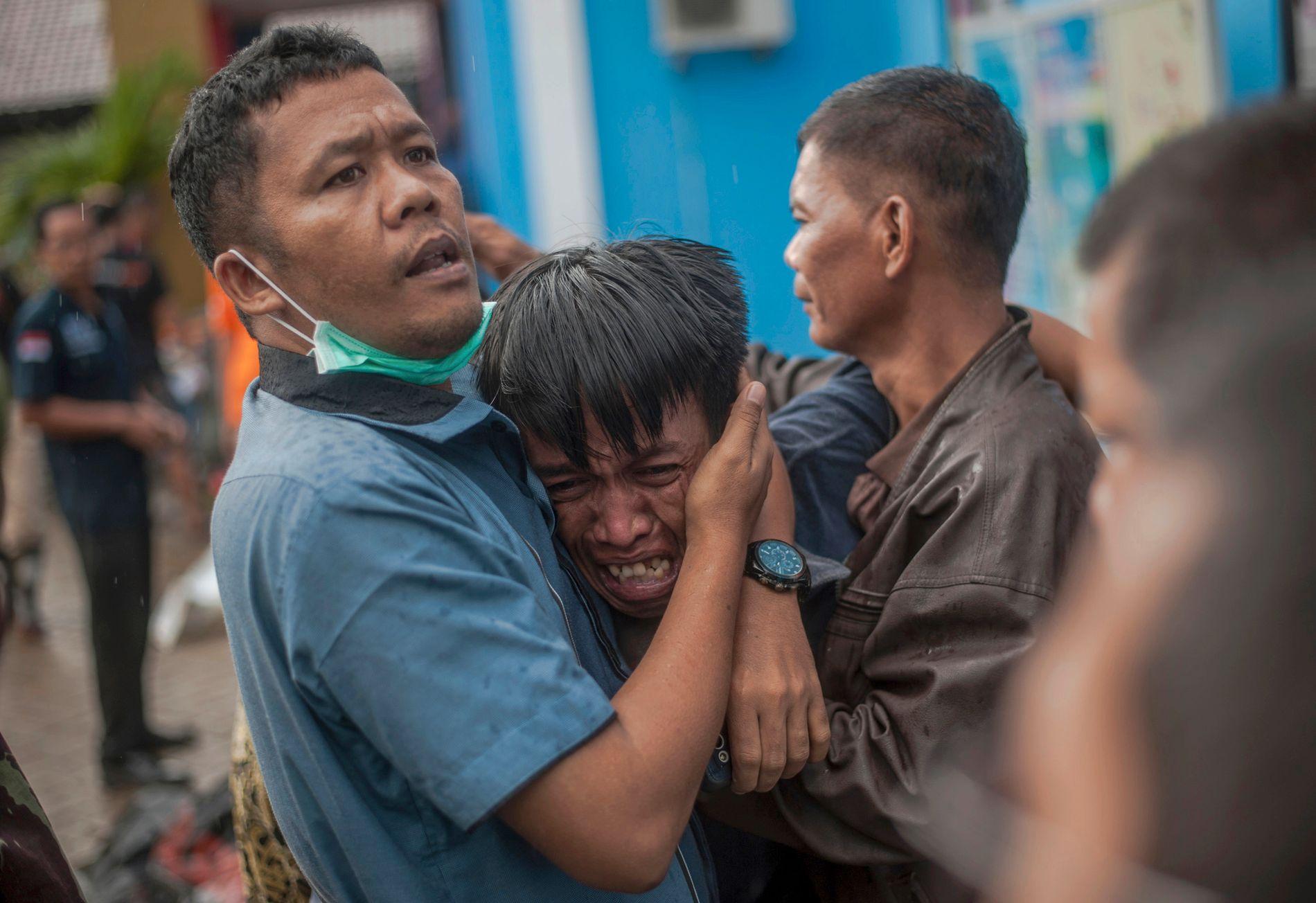 SORG: En mann bryter ut i gråt etter å ha identifisert et familiemedlem blant kroppene som ble funnet etter tsunamien i landsbyen Carita i Banten-provinsen i Indonesia søndag.