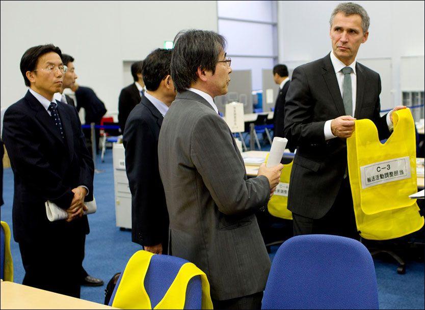 LÆRER OM KRISEHÅNDTERING: Stoltenberg besøkte fredag det store katastrofesenteret i Tokyo, hvor vanlige japanere kan komme og lære hvordan de skal overleve i opptil 72 timer på egen hånd, dersom katastrofen rammer. Foto: Daniel Sannum Lauten, VG