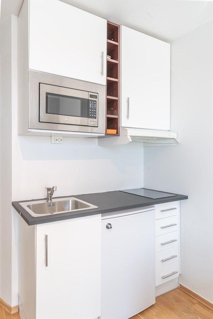 KJØKKENKROKEN: Avbildet er kjøkkenkroken, med mikrobølgeovnen og benkekjøleskapet.