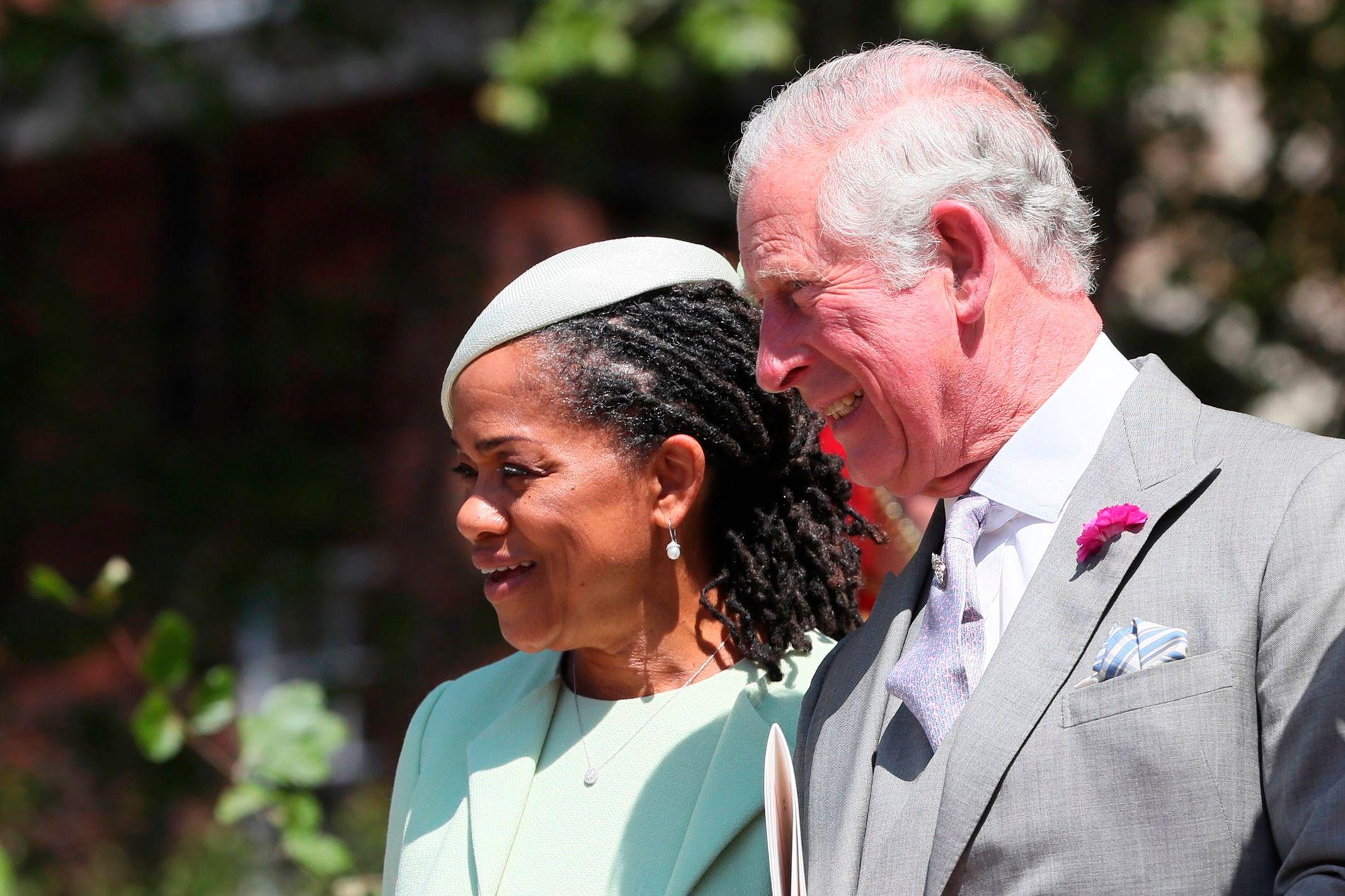 MEGHANS MOR: Doria Ragland sammen med Prins Charles utenfor St. Georges Chapel i Windsor.