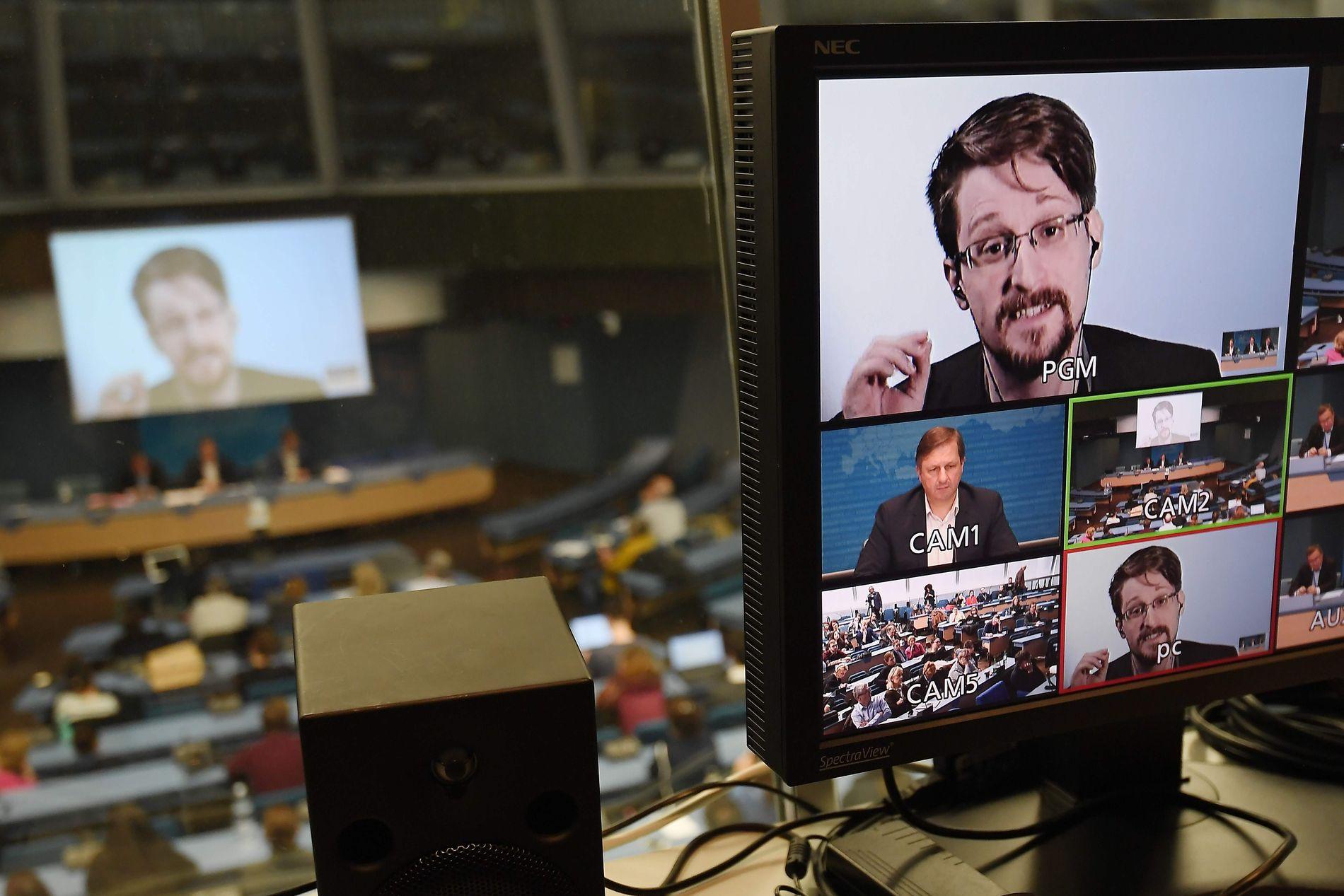 EKSIL: Edward Snowden har ikke kunnet vende hjem til USA siden han varslet verden om overvåkningen amerikanske myndigheter driver med. Her på link fra Moskva under en konferanse om varslere i mars i år.