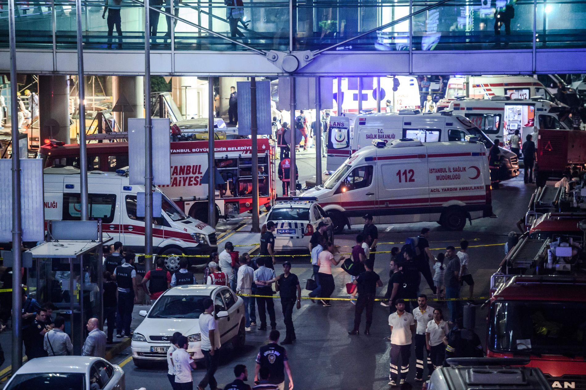 OPPDAGET DE TERRORISTENE? Tekstmeldinger sendt via WhatsApp kan tyde på at sivilt kledd politi fattet mistanke til terroristene siden de ankom i tykke vinterjakker, der de skjulte våpnene sine.