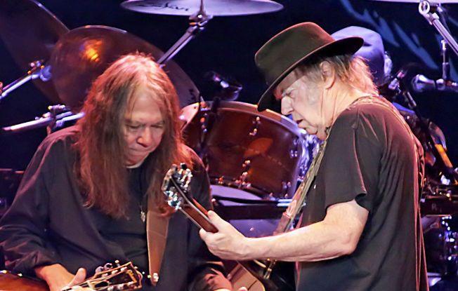 DØD: Neil Youngs bassist gjennom mange år, Nick Rosas er død. Dette bildet er fra Liverpool, en av deres konsertopptredner.