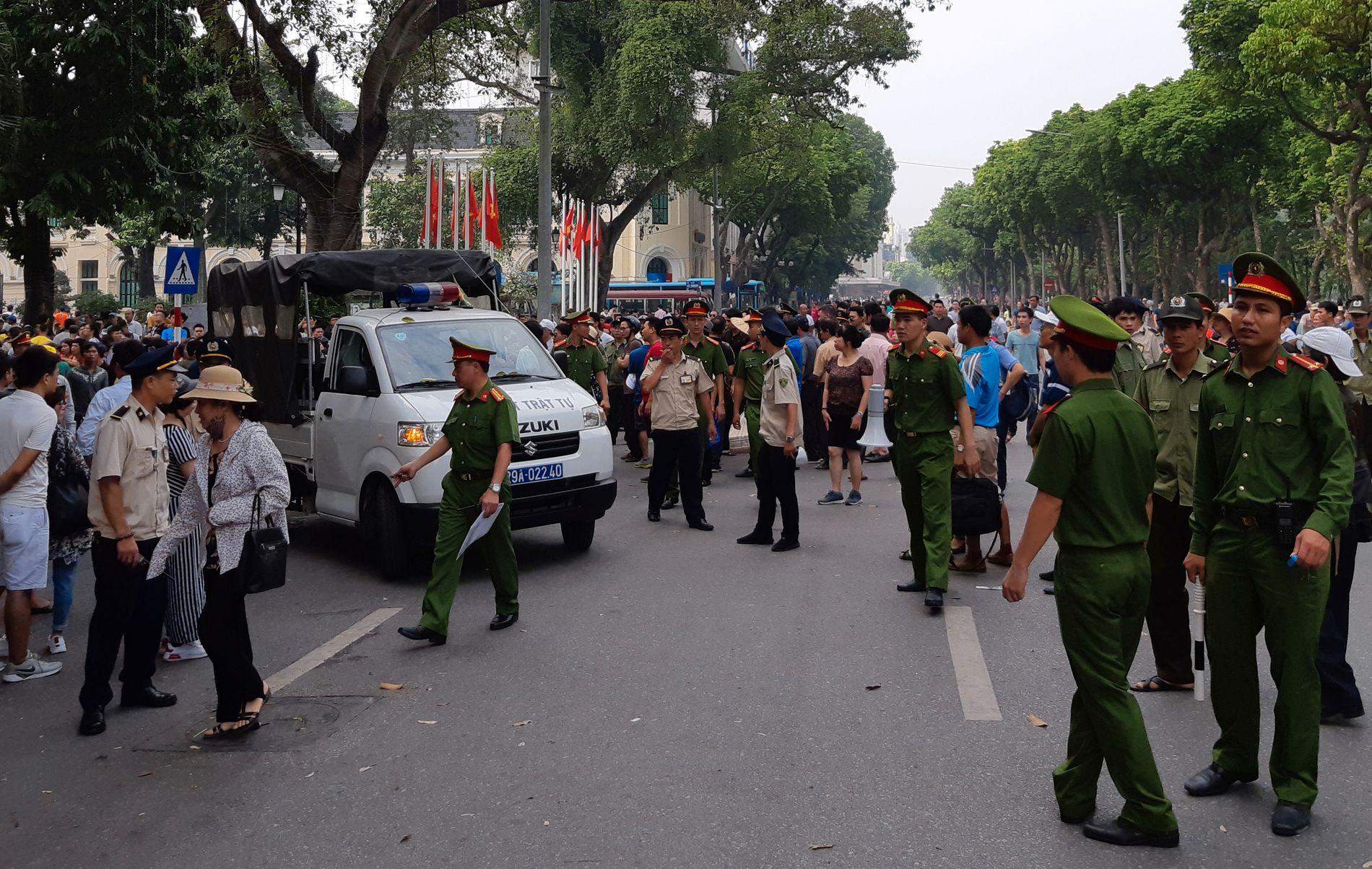 DEMONSTRERER: Politiet forsøkte å spre demonstrantene i Hanoi i dag. Vietnamesere demonstrerer mot flere nye lovforslag.