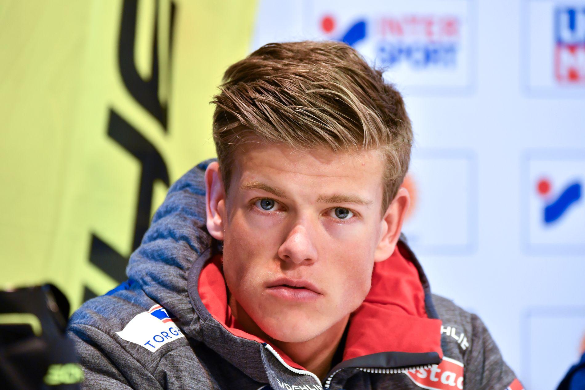 VANT: Johannes Høsflot Klæbo vant verdenscupen sammenlagt forrige sesong. Her fra en Fisher-pressekonferanse i februar.
