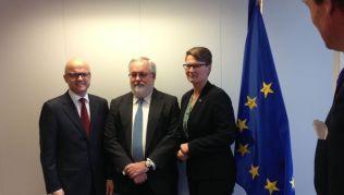 EUs nye kommissær for klima og energi, Miguel Arias Cañete,i midten, møtte de norske statsrådene Vidar HElgesen og Tine Sundtoft i Brussel 20.januar.