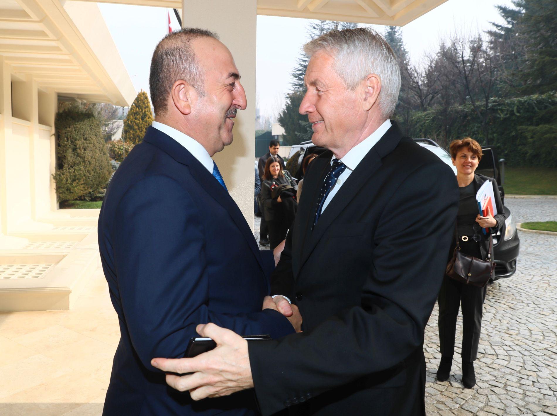 TOPPMØTE: Thorbjørn Jagland tar et godt grep om Tyrkias utenriksminister Mevlüt Çavuşoğlu under sitt besøk i Ankara torsdag.