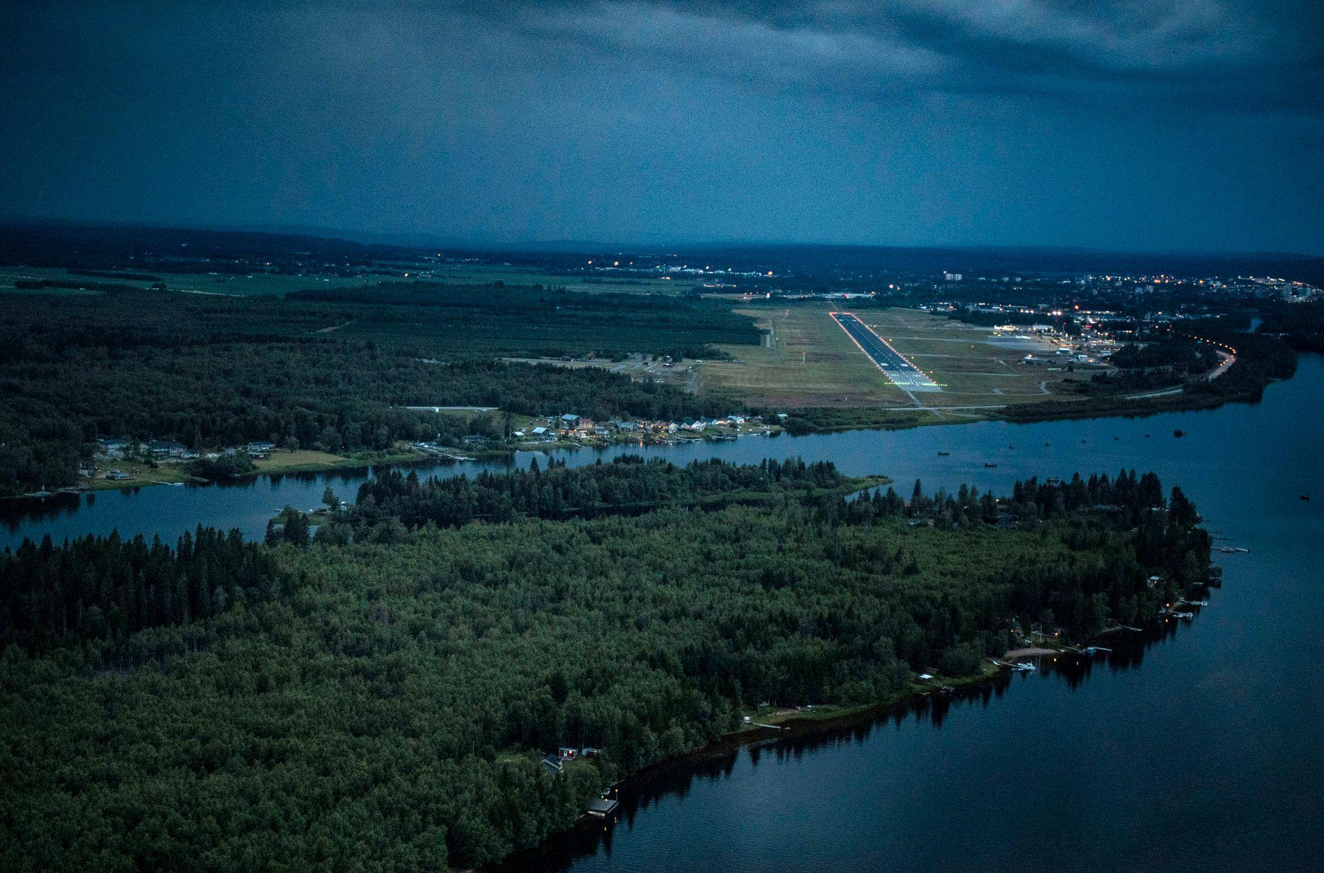 FLYPLASSEN OG ØYA: Øya Stora Sandskär med Umeå flyplass i bakgrunnen.