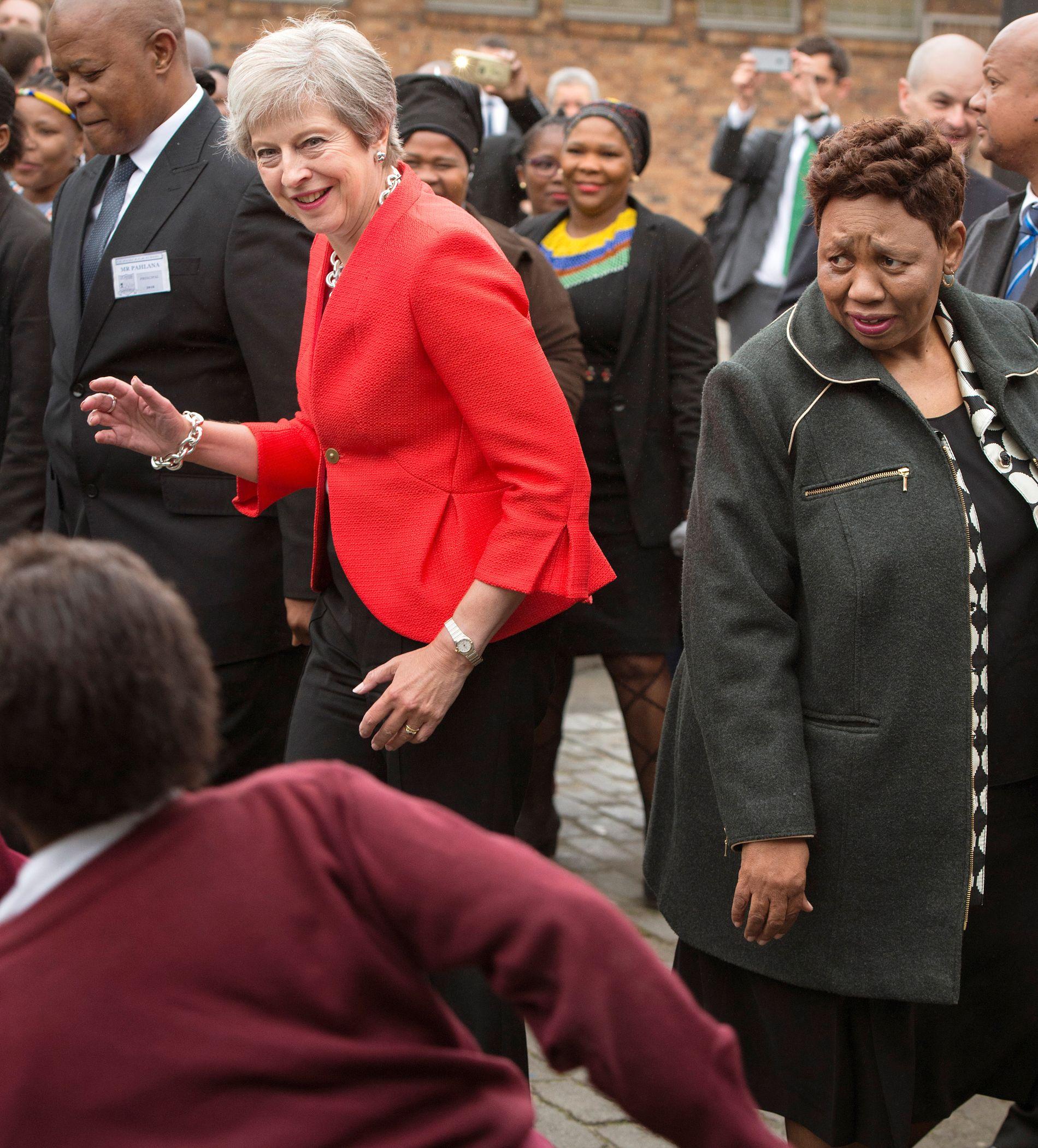 SKAL VI DANSE? JA TAKK! Den britiske statsministeren Theresa May (61) spontan-danset med speidere og skolebarn på besøk i Cape Town og Nairobi i forrige uke. Verden reagerte med sjokk og vantro.