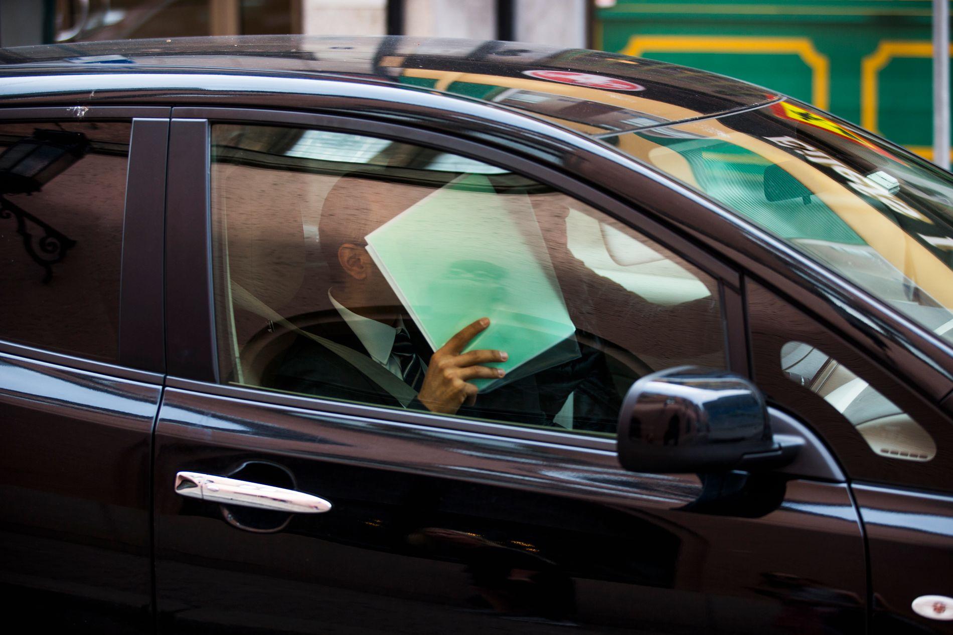 SKJULTE SEG: 16. juni, dagen etter VGs avsløring «Advokaten og torpedoen», ble Amir Mirmotahari pågrepet av politiet. Her er han avbildet da han kjørte forbi advokatkontoret sitt i Oslo sentrum samme dag som pågripelsen.