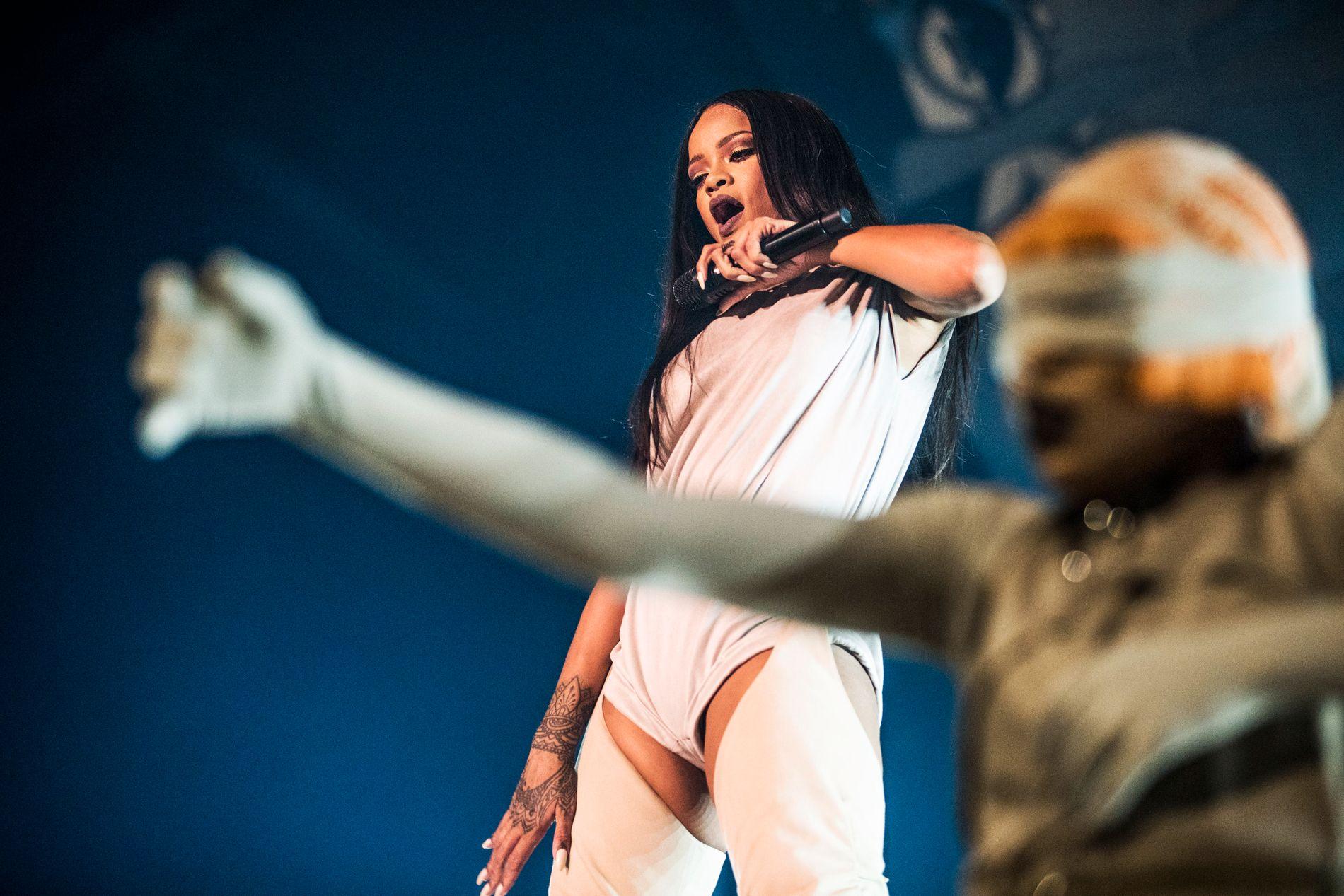 SUPERSTJERNE: Rihanna har lagt verden for sine føtter som artist. Om du danser til hennes rytmer på nattklubb kan det hende en nordmann har hatt en finger med i spillet. Her står hun på scenen i Telenor Arena.