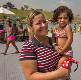 TAKKNEMLIGE: Anna Cristina Souza (45) og datteren Ester (2,5) er glade for å ha en plass å svømme, sier de.