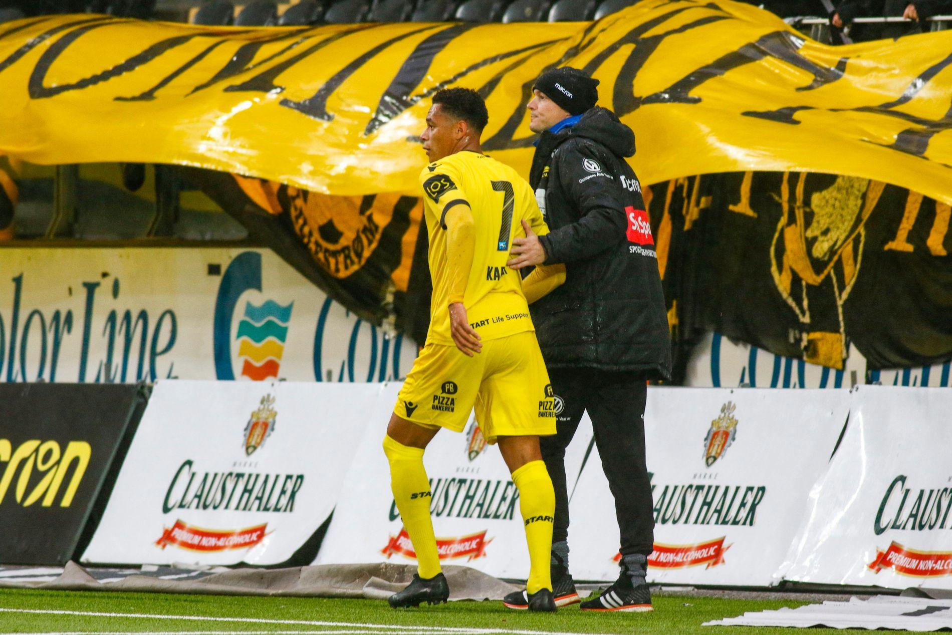 SKADET: Kevin Kabran hjelpes av banen etter å ha skadet seg mot Lillestrøm.