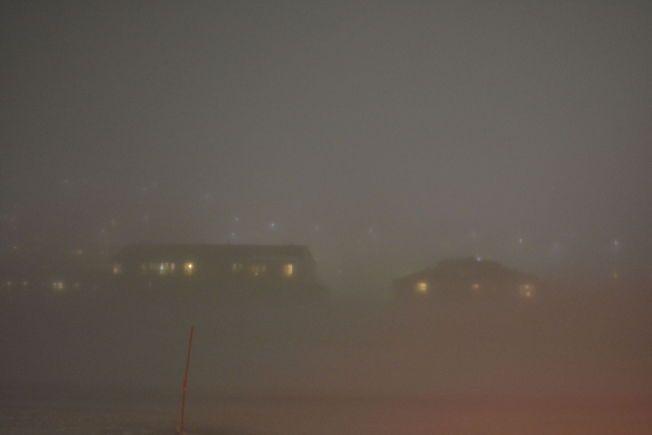 TETT TÅKE: Det er ventet vindkast på 40-50 meter i sekundet enkelte steder på Svalbard fredag.