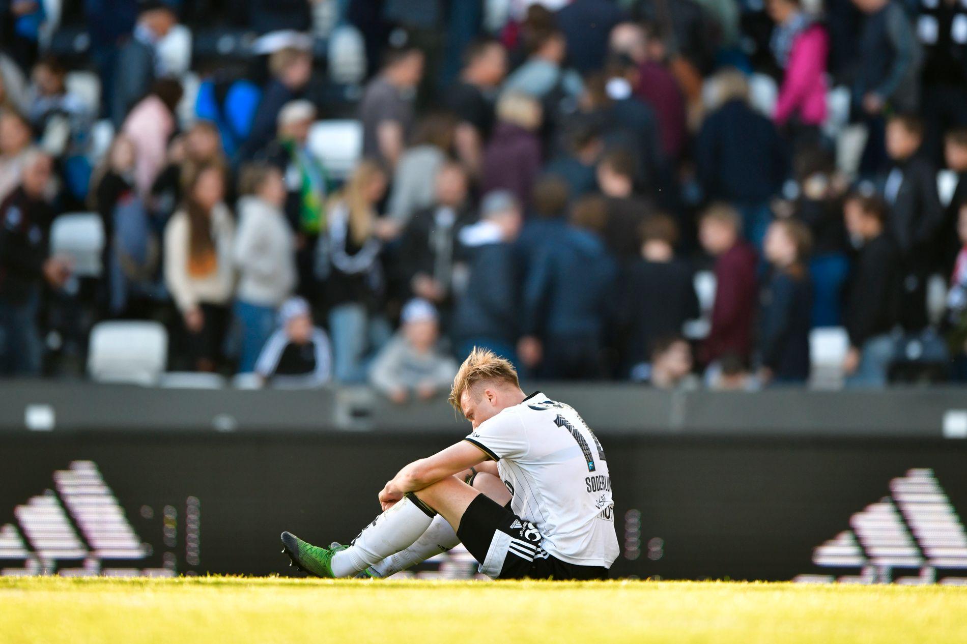 DYSTERT: Alexander Søderlund & co har grunn til å henge med hodet når poengfast blir målt opp mot pengebruk. Her henger Rosenborg-spissen med hodet etter hjemmetapet mot Rosenborg 16. mai.