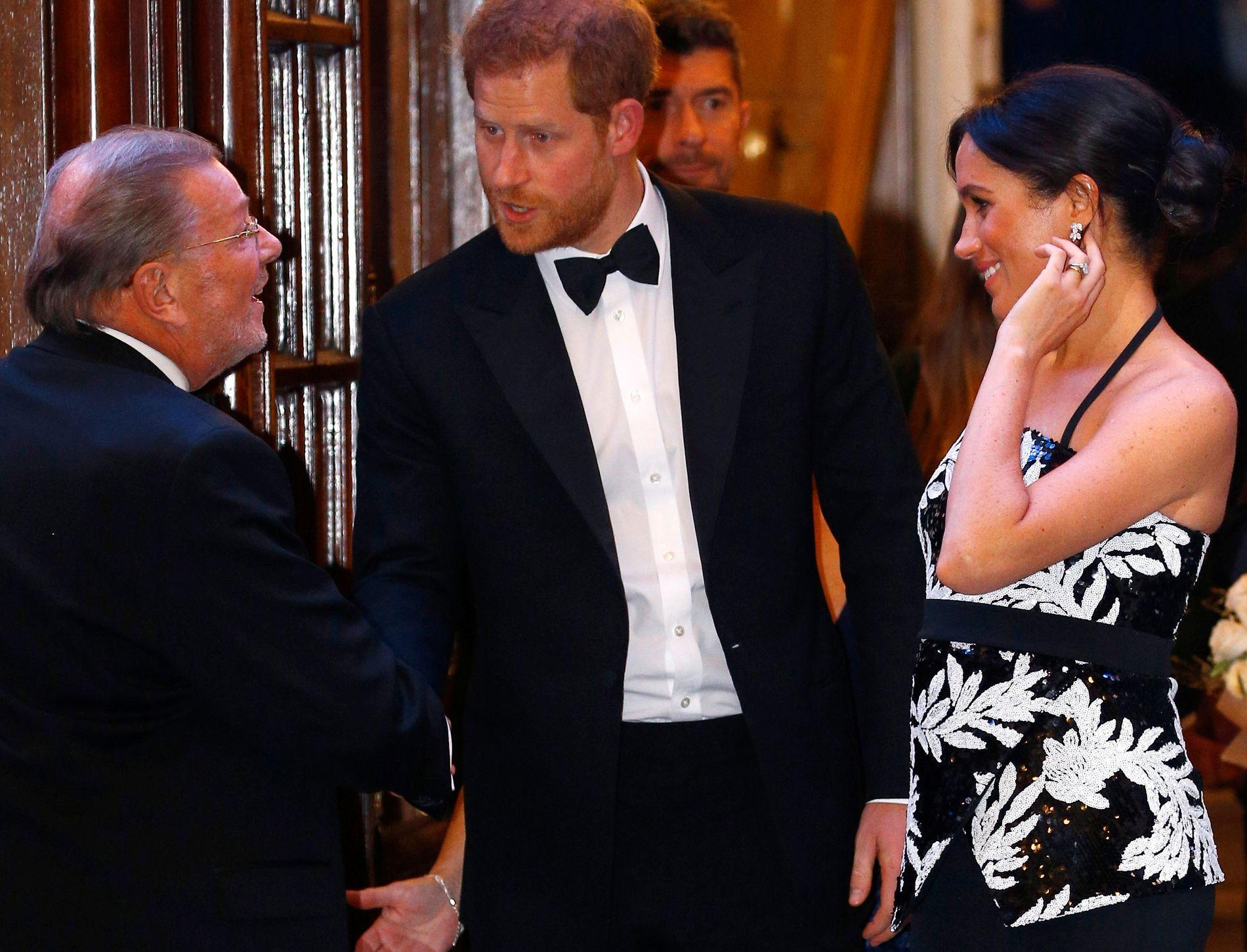 STOR INTERESSE: Mange var møtt fram for å få et glimt av prins Harry og hertuginne Meghan mandag kveld
