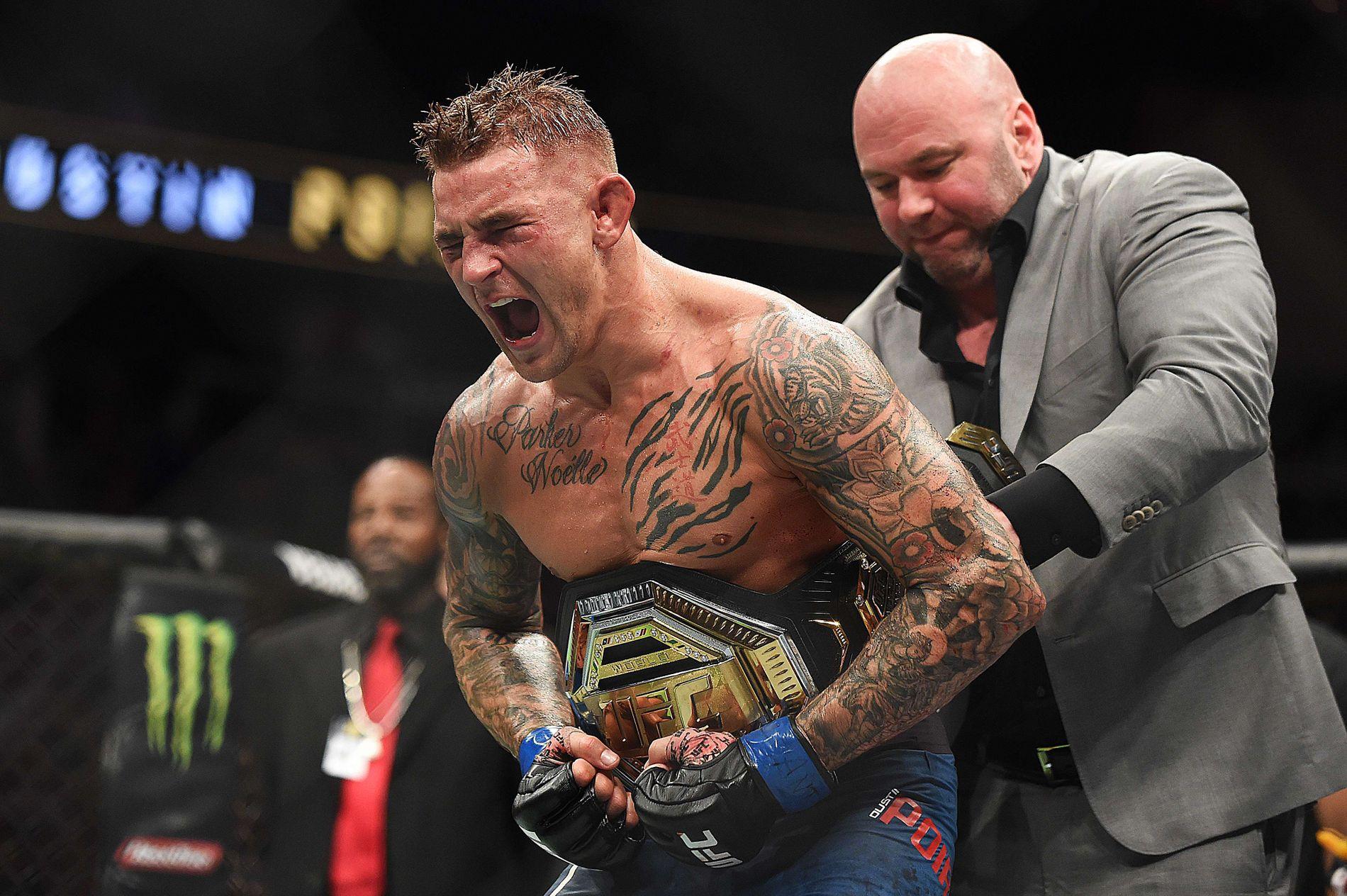 GLEDESBRØL: Dustin Poirier får det «midlertidige tittelbeltet» rundt livet av UFC-president Dana White.