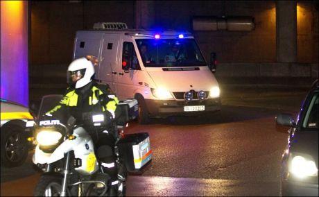 PÅ VEI INN: Den hvite fangetransporten med Anders Behring Breivik ankom Oslo tingrett cirka klokken 09.45. Foto: Foto: JAN PETTER LYNAU