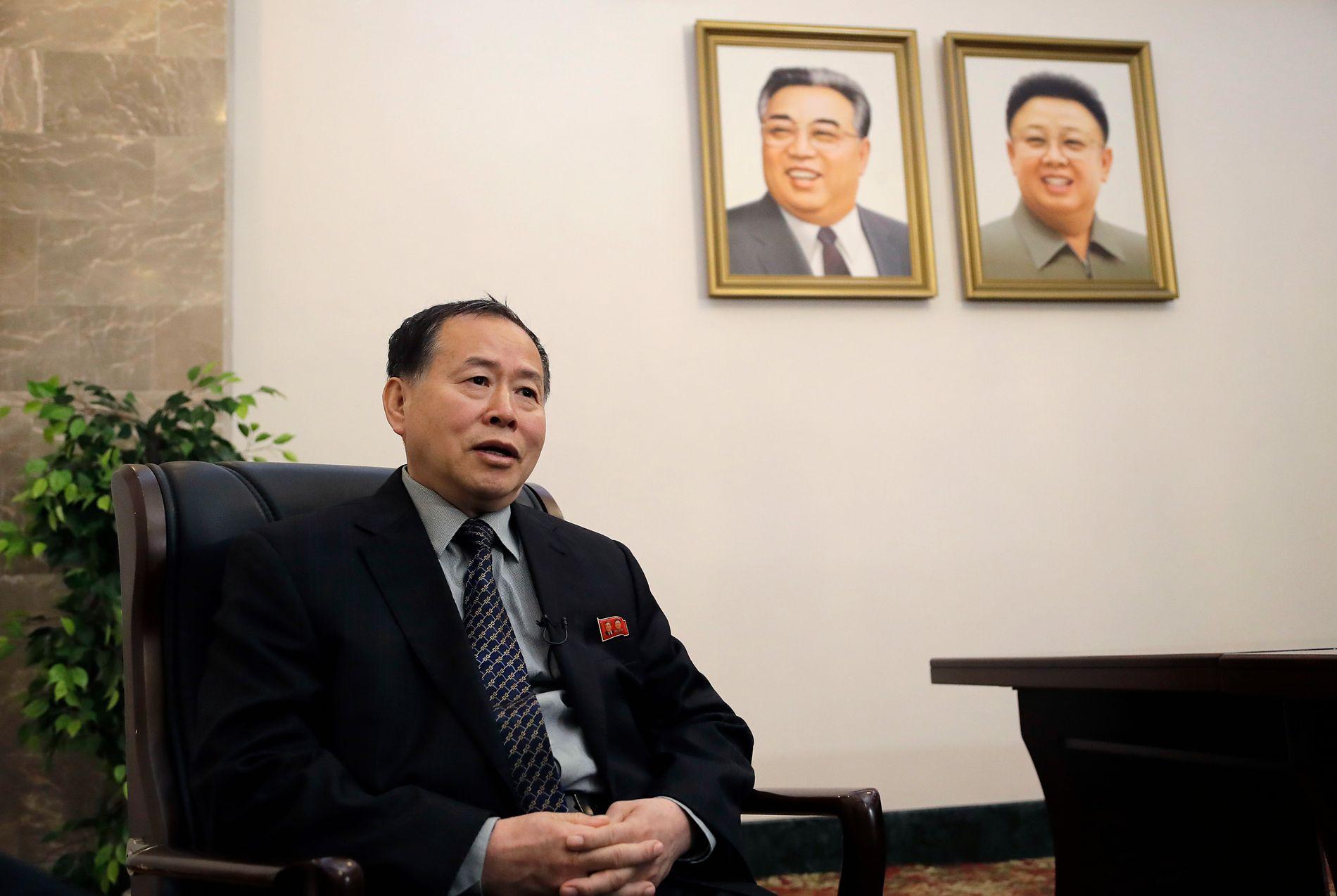 KRITISERER TRUMP: Nord-Koreas viseutenriksminister Han Song Ryol møter nyhetsbyrået AP i Pyongyang fredag.