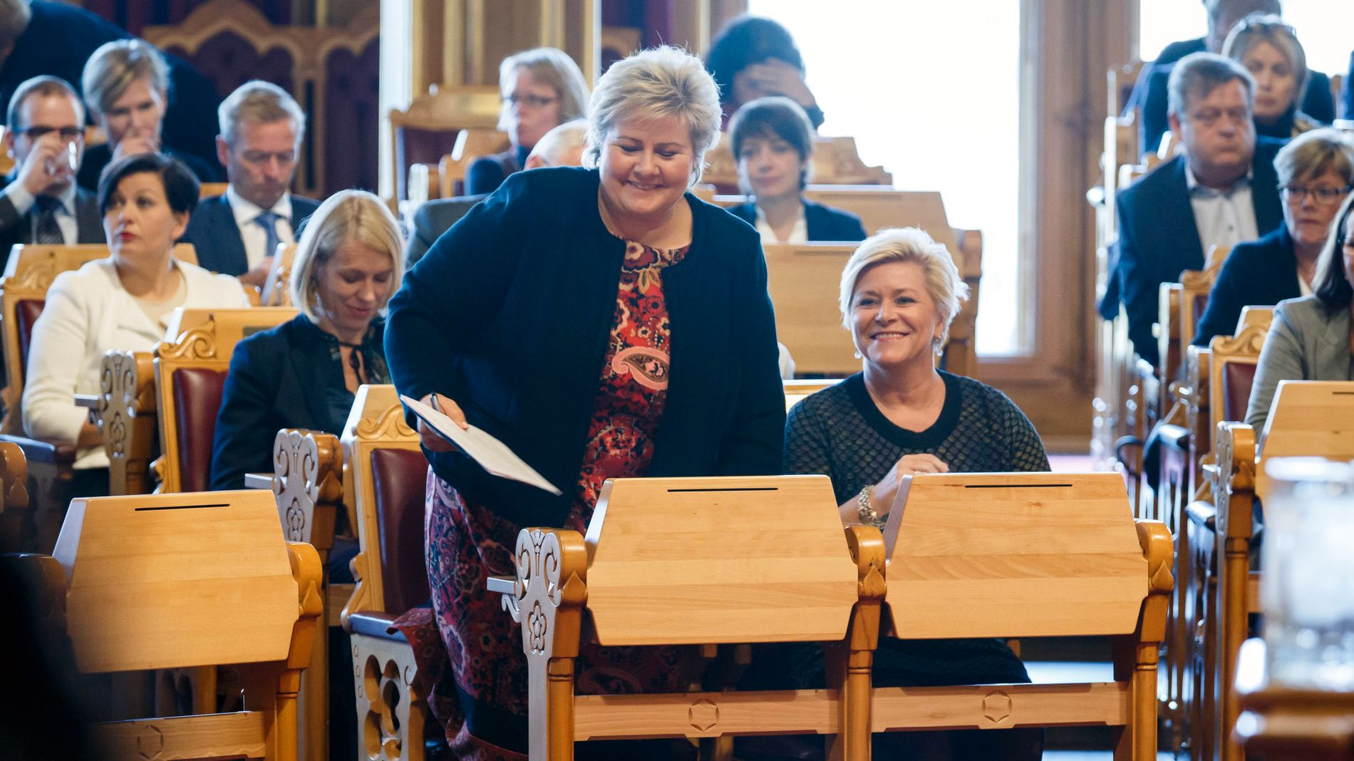 KUTTER I FORMUESSKATTEN: Statsminister Erna Solberg (t.v) og finansminister Siv Jensen fotografert under trontaledebatten i Stortinget i høst.