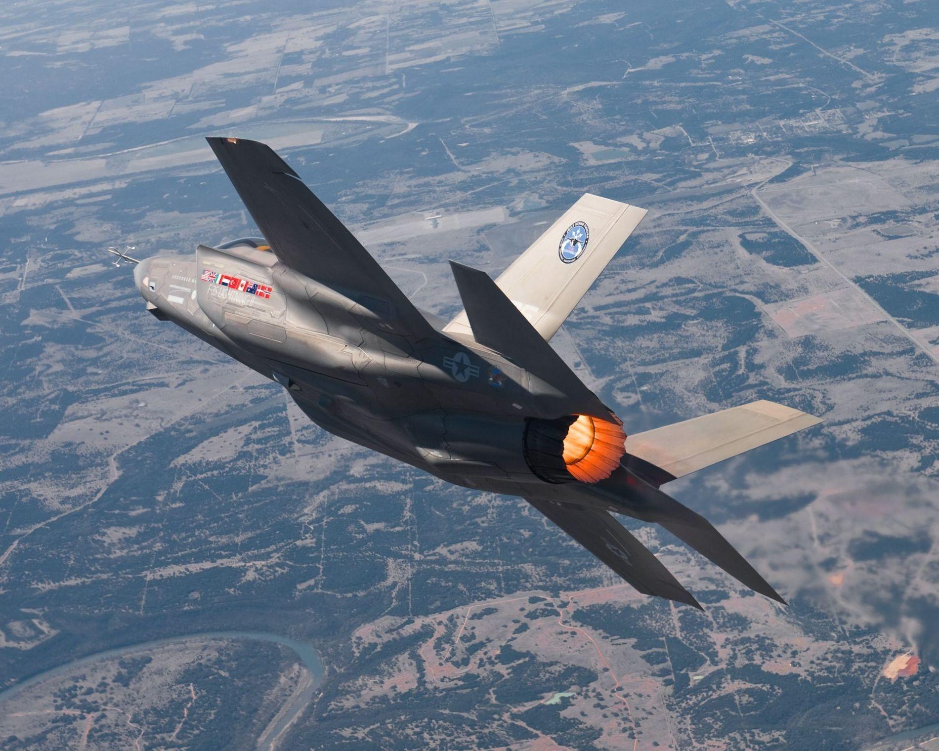 FLY: Det norske forsvaret bruker mye ressurser på nye fly. Her er nye F-35.