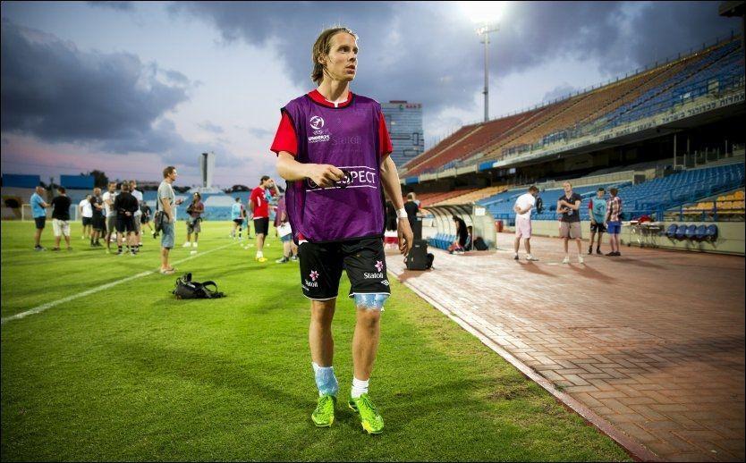 BLE NEDKJØLT: Stefan Johansen på vei ut av banen på Ramat Gan Stadium med to isposer - en på hvert bein - i går. Men han beroliger med at det ikke er noe farlig. Foto: Erlend Aas/NTB Scanpix