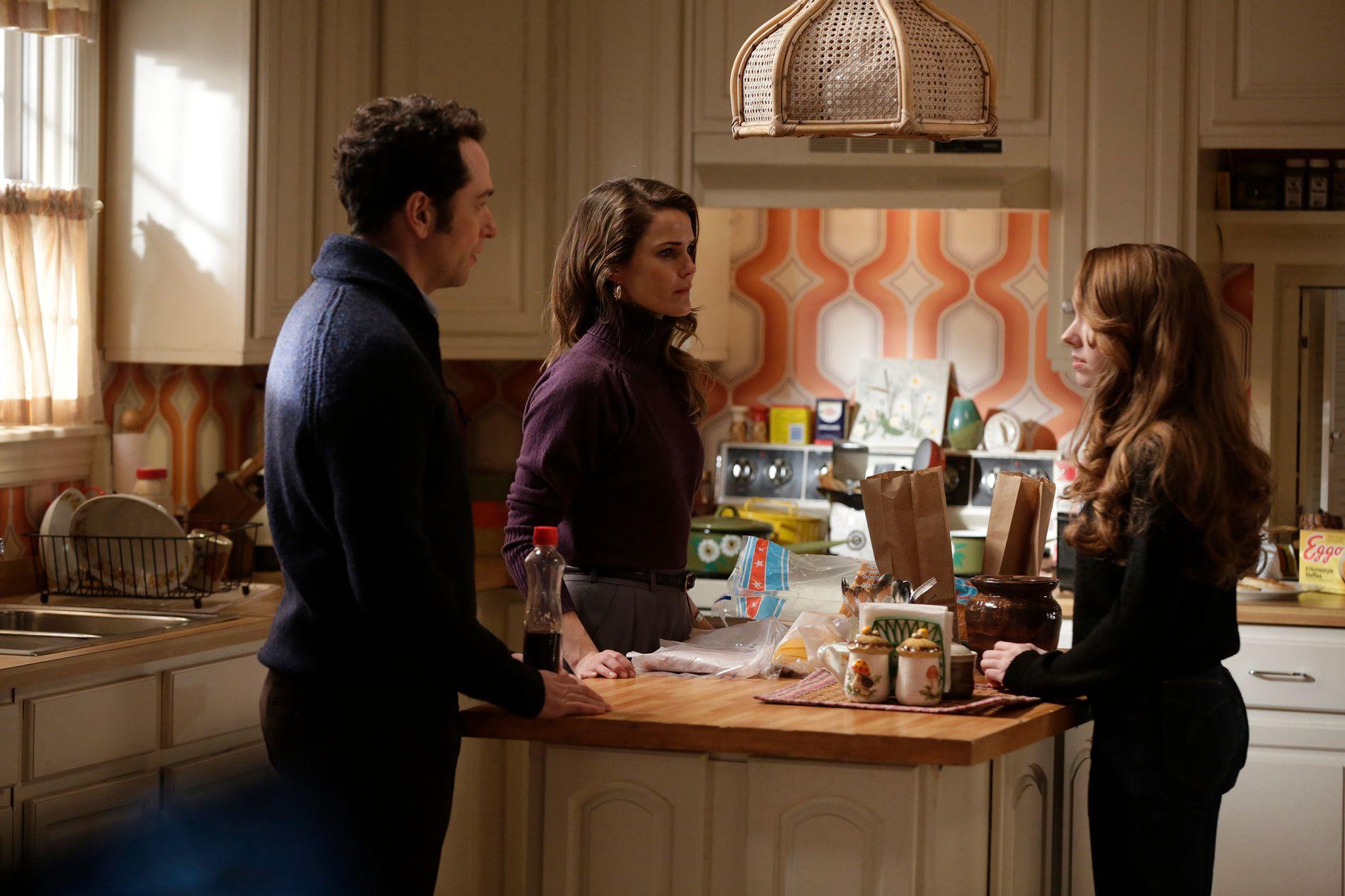 FAMILIETRØBBEL: Matthew Rhys som Philip, Keri Russell som Elizabeth og Holly Taylor som Paige i «The Americans». Bildet er fra slutten av sesong 3.