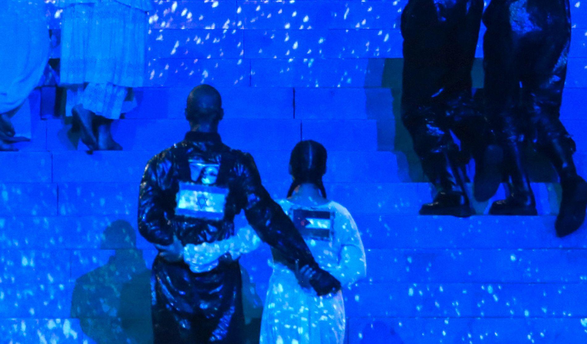 STJERNE: Mona Berntsen har danset for noen av verdens største artister, inkludert Justin Bieber, Chris Brown og Alicia Keys. Her står hun med ryggen til, med palestina-flagget på ryggen.