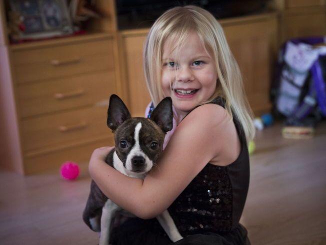 KOSETE: Åtteåringen Celine leker med valpen Zita, og har mer energi med sitt nye hjerte.