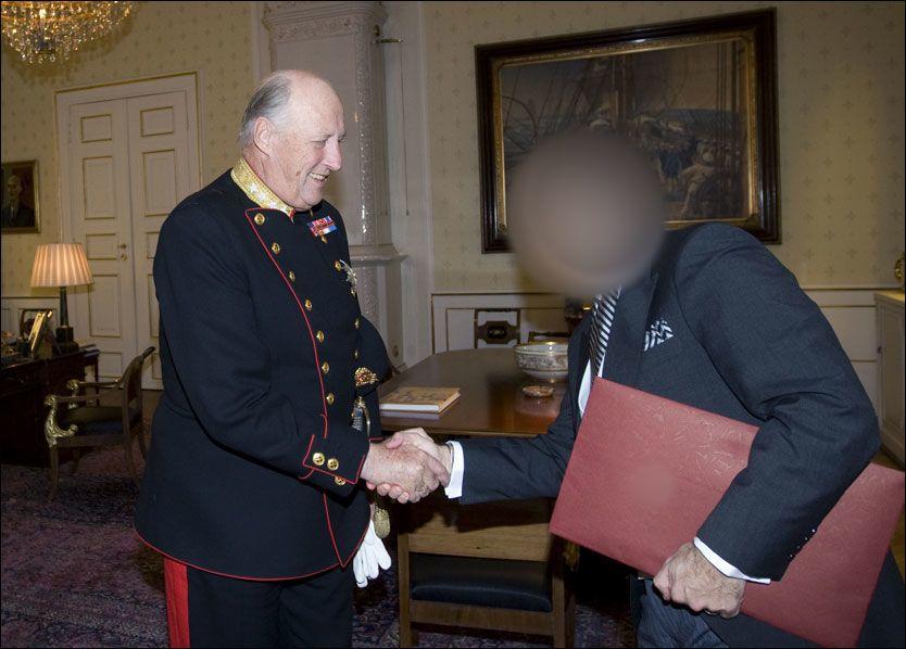 AUDIENS: Da mannen ble innsatt som ambassadør, ble han ønsket velkommen av kong Harald på Slottet. Identifiserende detaljer på bildet er sladdet. Foto: Scanpix
