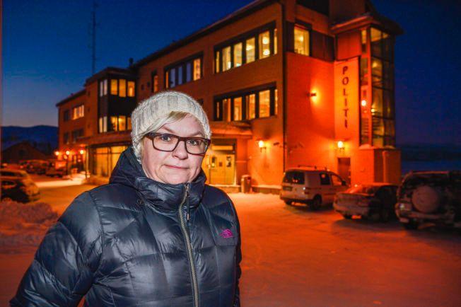 FØLER SEG NEDVERDIGET: Merete Nordhus utenfor politihuset etter sin dramatiske opplevelse.