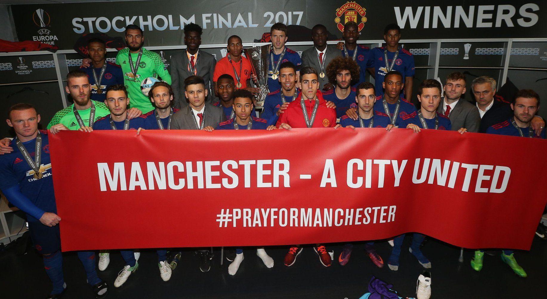 KLART BUDSKAP: Manchester Uniteds finaletropp i Europa League-finalen avbildet med banneret «Manchester - en samlet by».