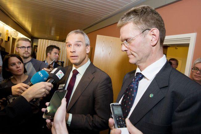 LANGT FRA LØSNING: Hans Olav Syversen (KrF) (t.v.) og Terje Breivik (V) snakker med pressen utenfor møterommet etter et kort møte i budsjettforhandlingene med regjeringspartiene Høyre og FrP på Stortinget tirsdag formiddag.