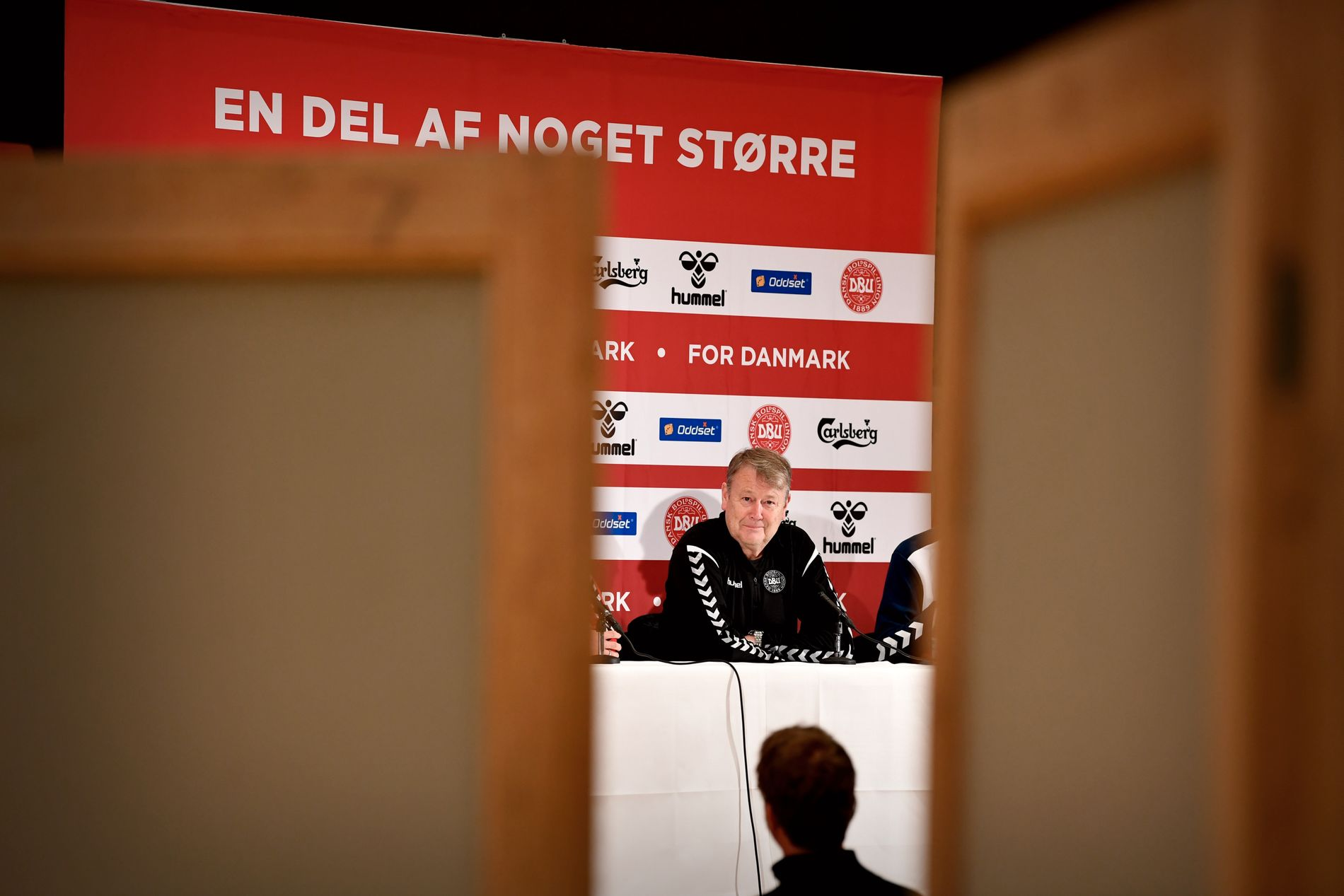 FORNØYD: Danmarks landslagssjef Åge Hareide er i strålende humør før tirsdagens kamp mot Chile i Aalborg.
