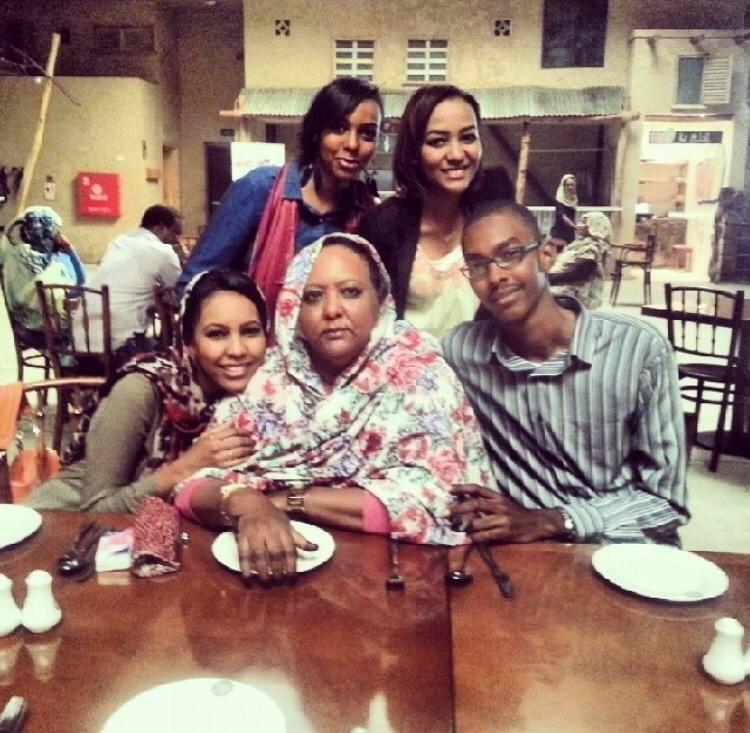 EN MINDRE: Babiker fotografert sammen med tre søstre og moren.