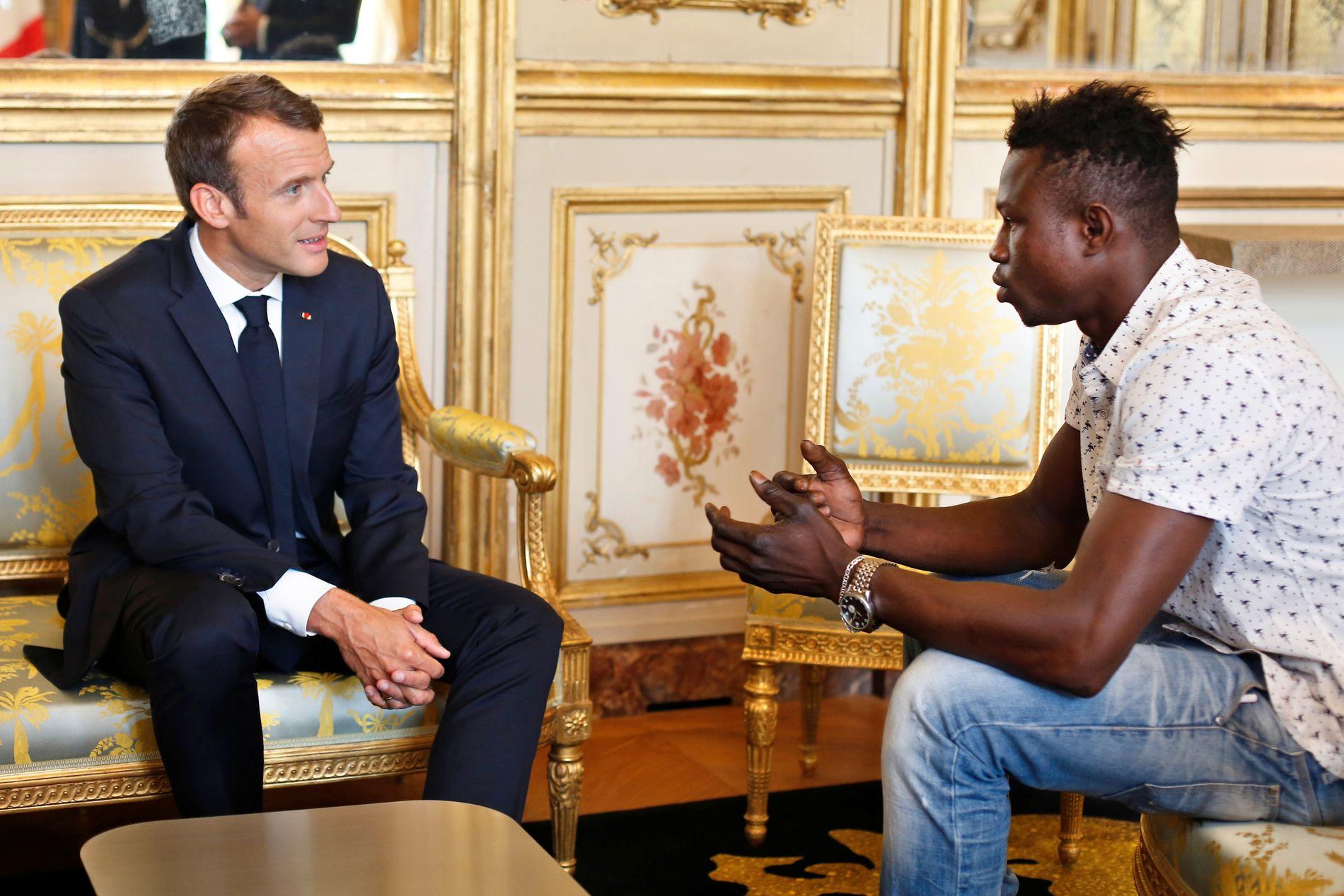 MACRON-BESØK: Frankrikes president Emmanuel Macron belønnet 22 år gamle Mamoudou Gassama statsborgerskap etter heltedåden.