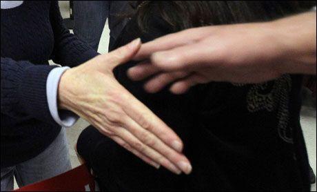 OMSTRIDT: Ulike tolkninger av islam skaper debatt om hvorvidt håndhilsing på tvers av kjønn er i tråd med religionen. Illustrasjonsfoto: AP
