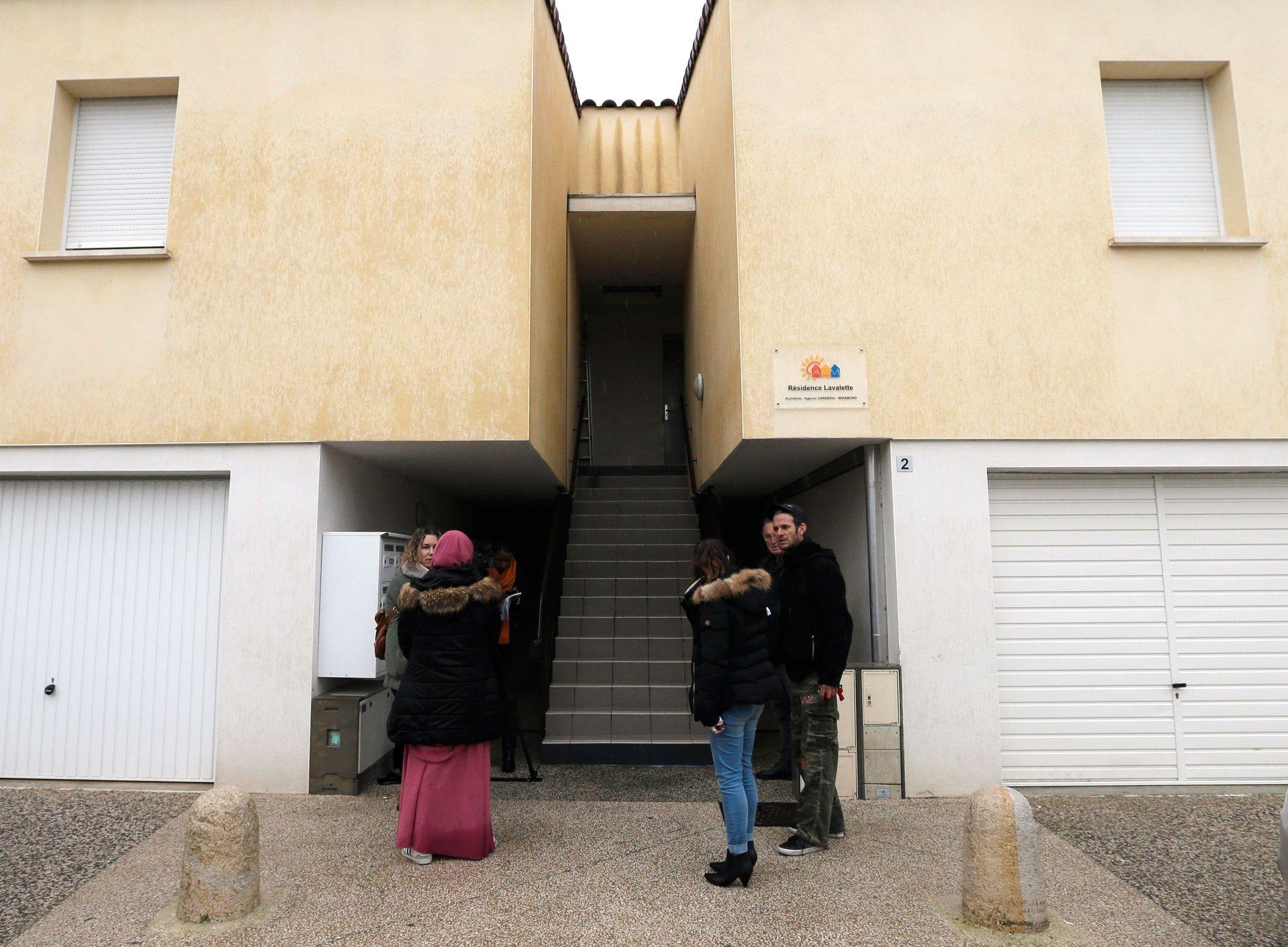 ARRESTERT: Folk står foran inngangen til en leilighet i en bygning i Clapiers i Sør-Frankrike hvor personer mistenkt for å ha planlagt et terrorangrep ble arrestert av fransk antiterror politi fredag morgen.