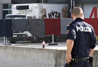 ETTERFORSKNING: Politiet jobber nå på spreng for å finne informasjon om flyktningene som befant seg inne i denne lastebilen.