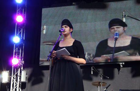 UTØYA-OVERLEVENDE: Prableen Kaur holdt en appell til tusenvis av publikum. Foto: Isabelle Ringnes/ VG