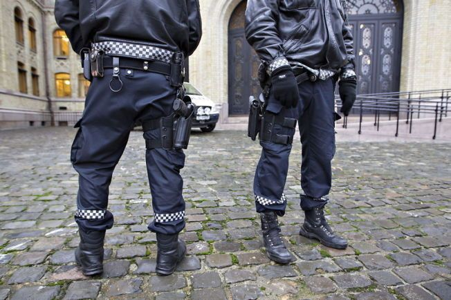 TILLATELSE I FJOR: Justisdepartementet ga i november i fjor tillatelse til å bevæpne beredskapstroppen, politidistriktenes utrykningsenheter og øvrig innsatspersonell med godkjenningsprøve for tjenestevåpen.